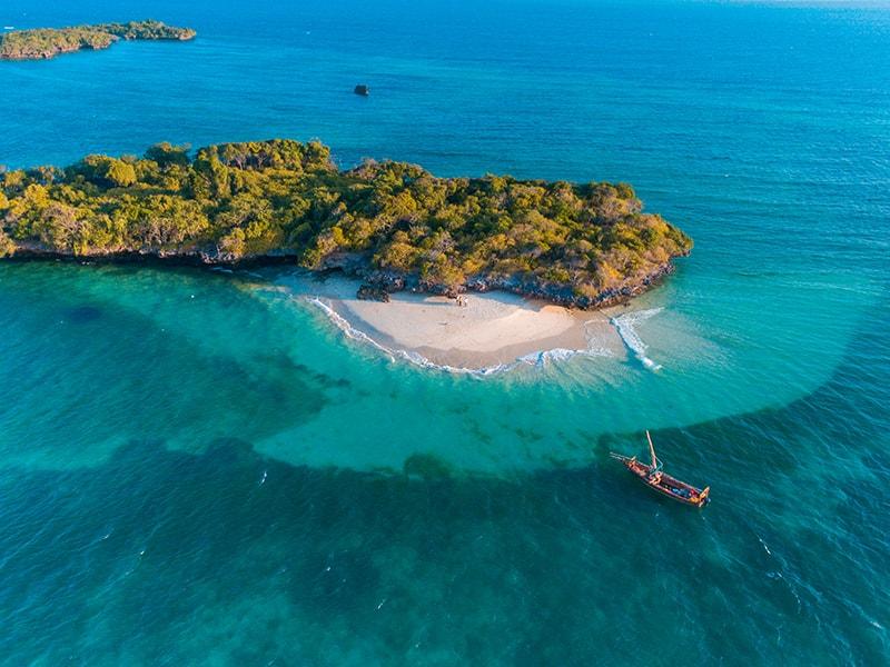 Playas de África. Relajarse en un dhow tradicional de Zanzíbar