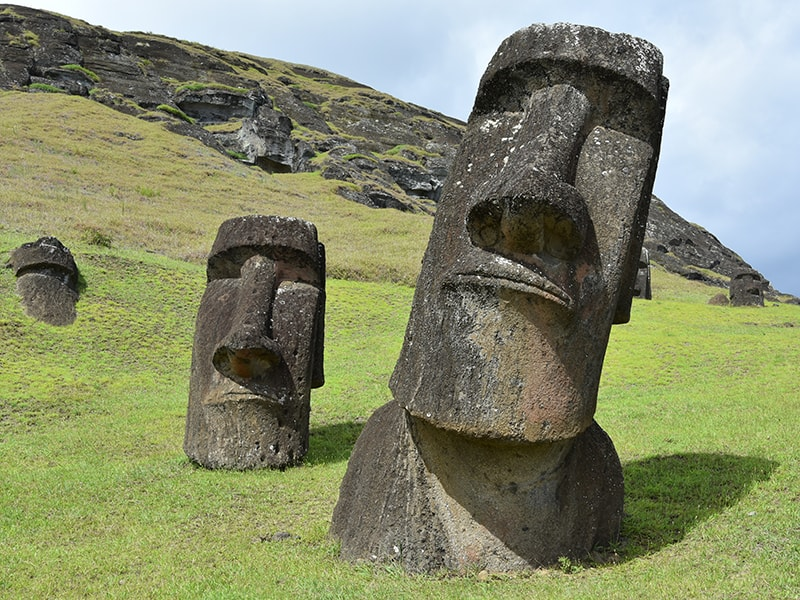 Chile. Recorrido por sendero por en Isla de Pascua